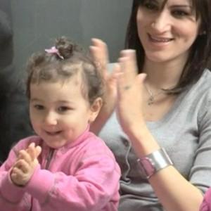 en mor med et barn på fanget. Begge klapper.