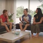 Tre ungdommer snakker sammen