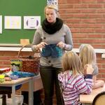 En lærer holder opp en badebukse foran klassen.