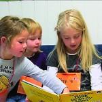 Et skolebarn leser for barnehagebarn. Fra fimen Lesevenner.