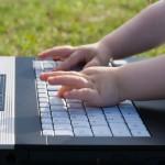 barnehender på tastatur