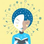 Ei jente leser i en bok. Mange bokstaver og tegn er tegnet ut fra hodet hennes..