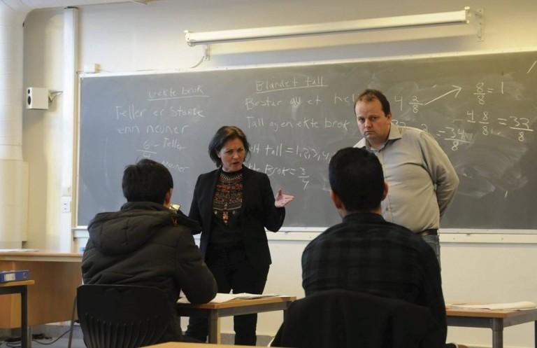 Lærere og elever i et klasserom. Foto