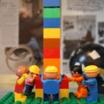 duplofigurer bygger et tårn