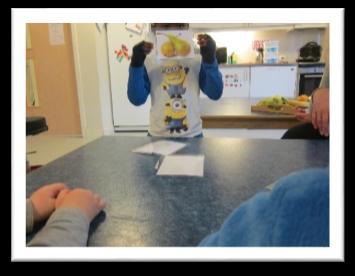 en gutt holder opp et bilde av to pærer