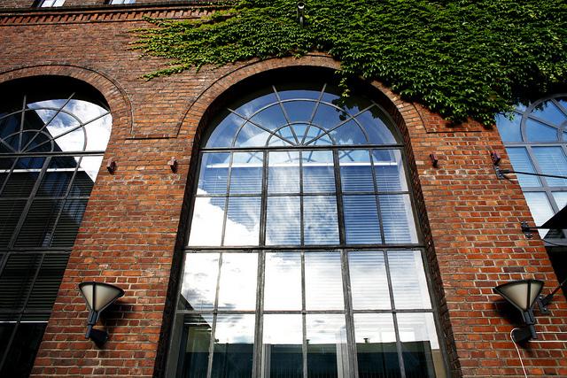 bueformede vinduer på murvegg, utvendig fasade