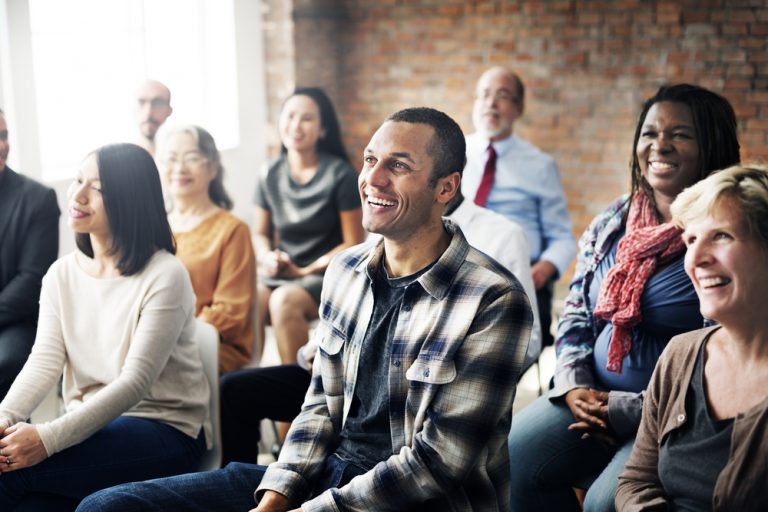 voksne mennesker sitter i et møte_ Shutterstock
