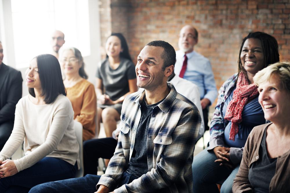 voksne mennesker sitter i et møte