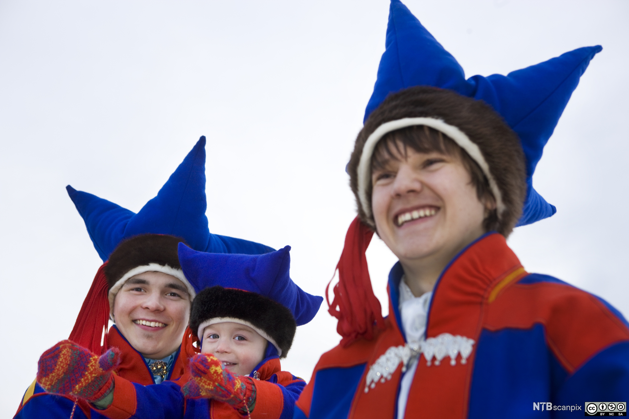 Foto. Tre samiske gutter i tradisjonsrike luer.