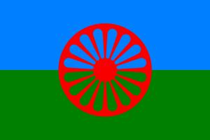 Romflagget. Blå og grønn bakgrunn med et rødt hjul i front.