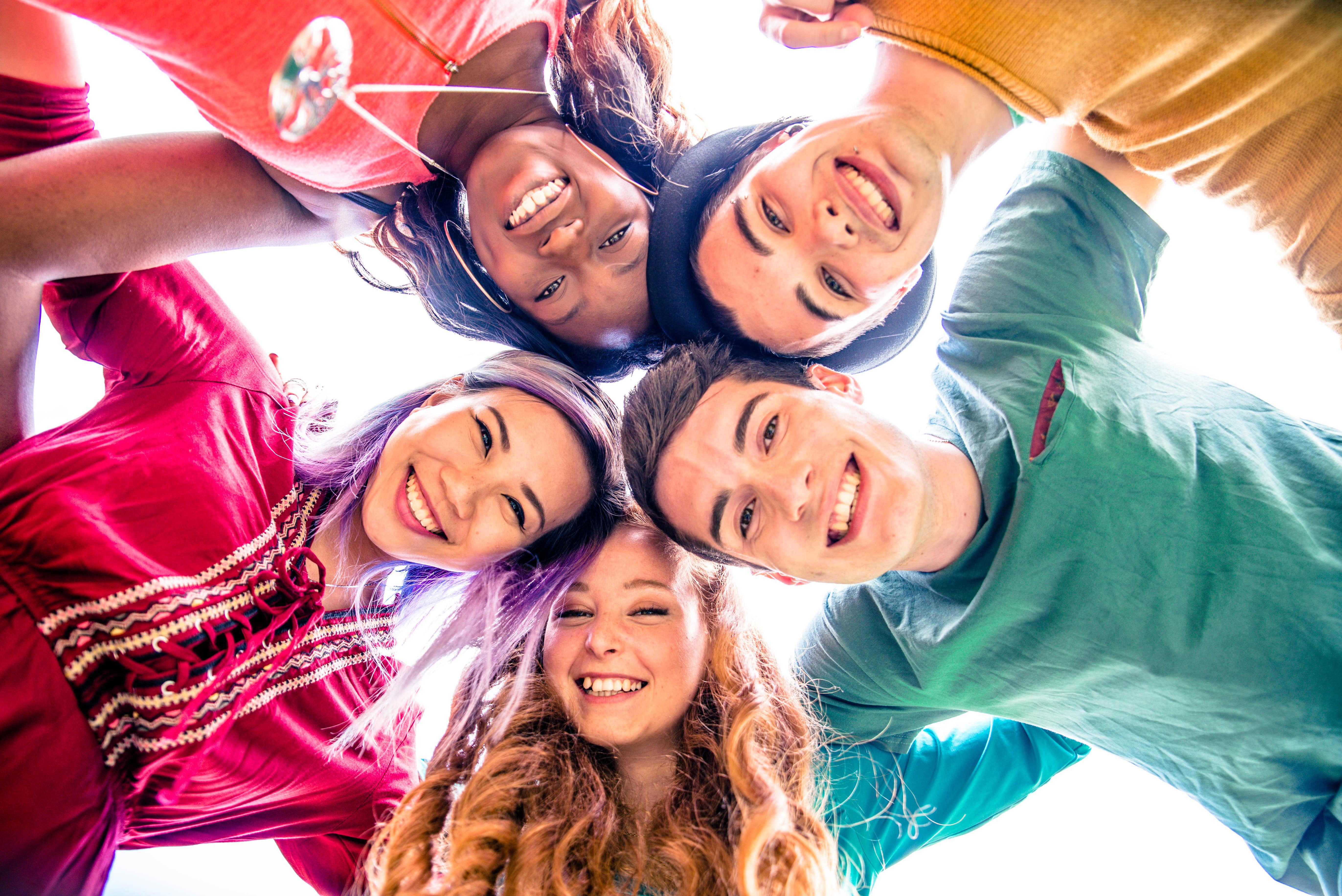 Illustrasjonsbilde av fem ungdommer