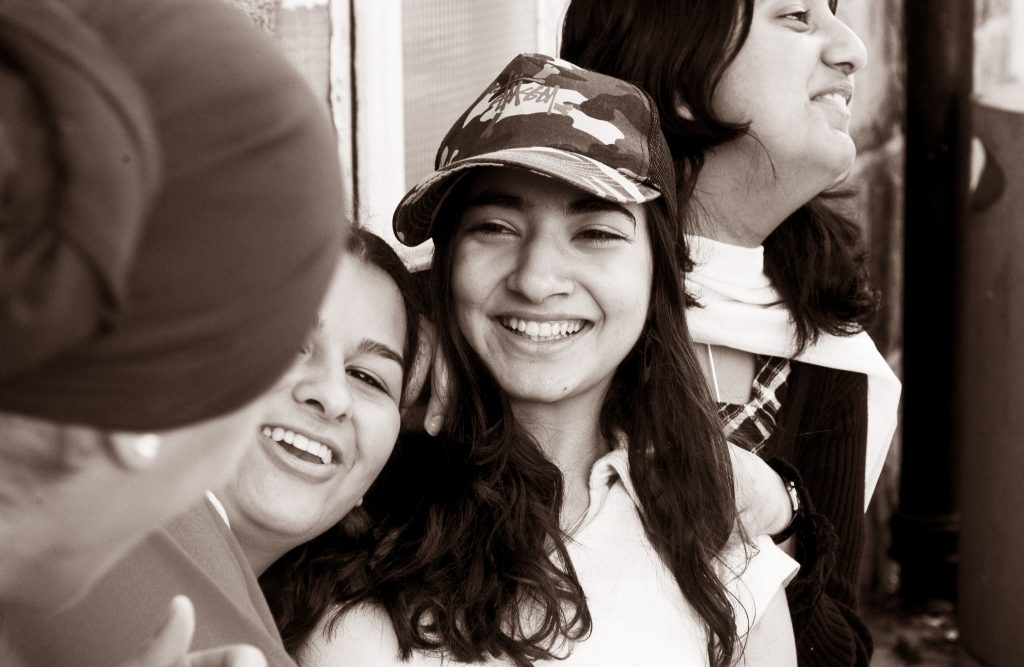 Illustrasjonsbilde av fire jenter som smiler