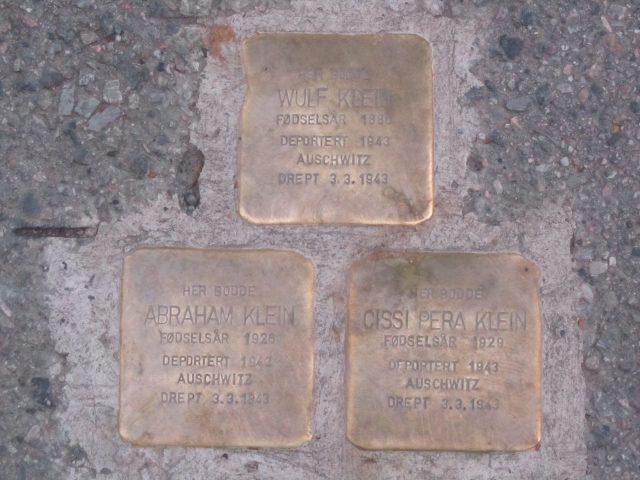 Bilde av tre metallplater med navn på tre medlemmer av familien Klein som ble deportert til Auschwitz i 1943