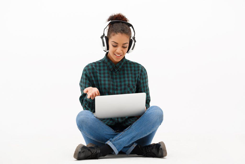 Jente med laptop og headset