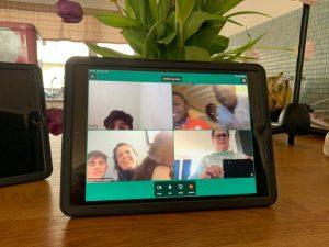 Bilde av et nettbrett med nettmøte med elever og lærere