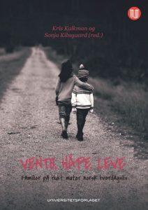 Bokomslag. Foto av to barn bakfra som går på en vei. Den ene holder armen rundt den andre.
