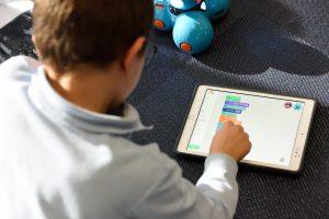 Bilde av en ung gutt som trykker på en iPad