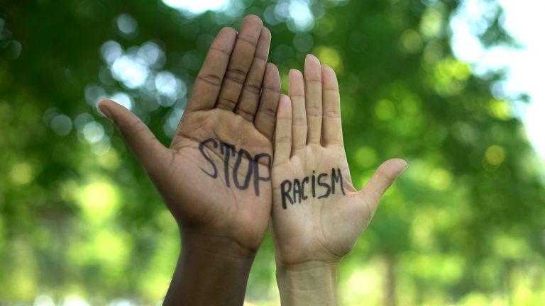 "To hender med skriften ""stop racism"""