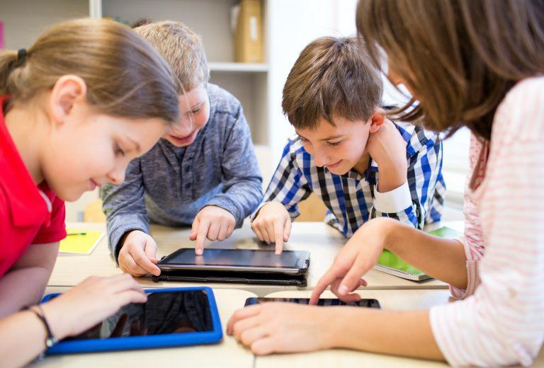 elever trykker på nettbrett