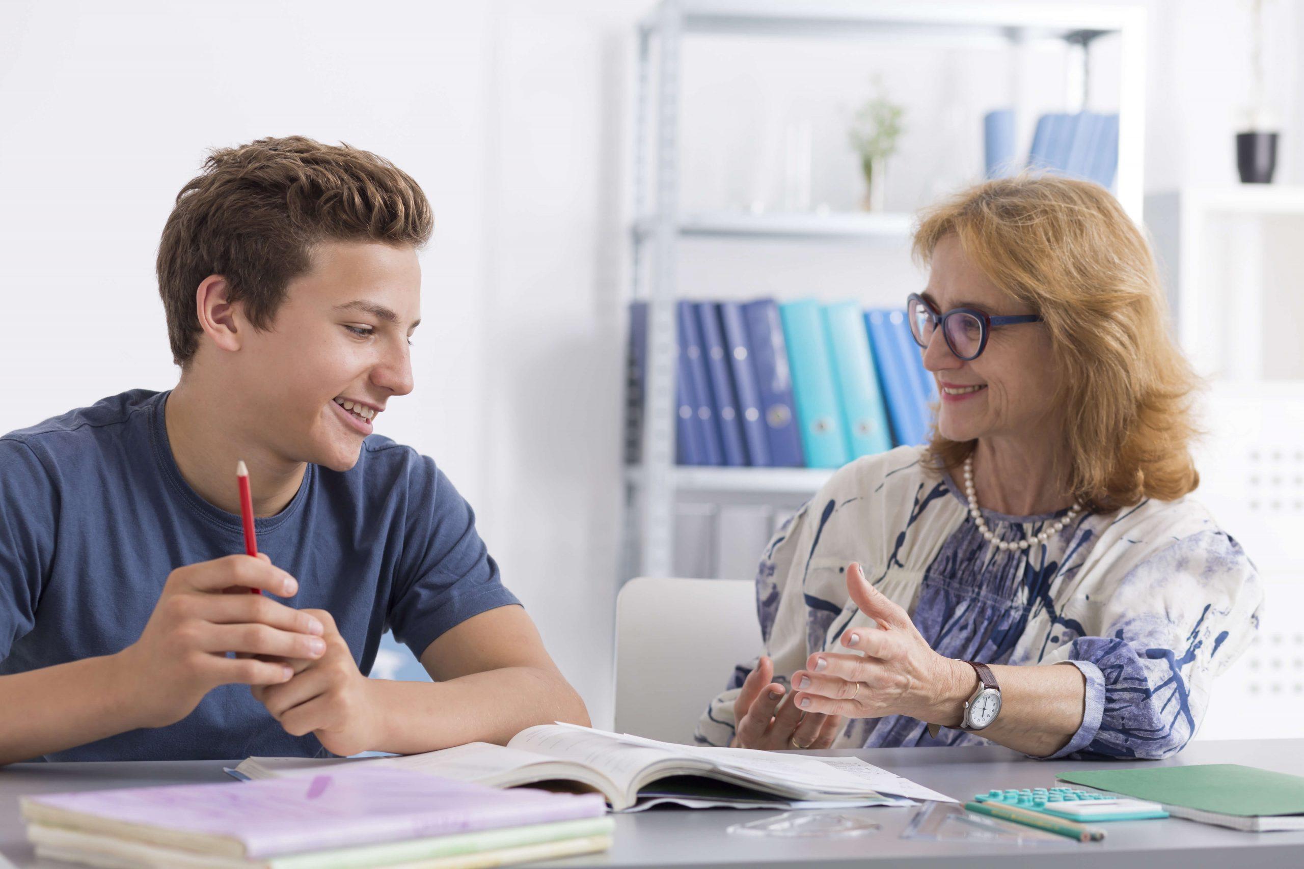 Elev og lærer i samtale om skolearbeid