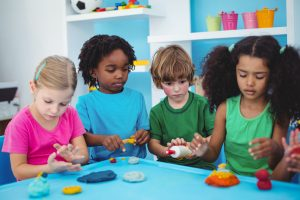 Barn i barnehage som leker med plastelina