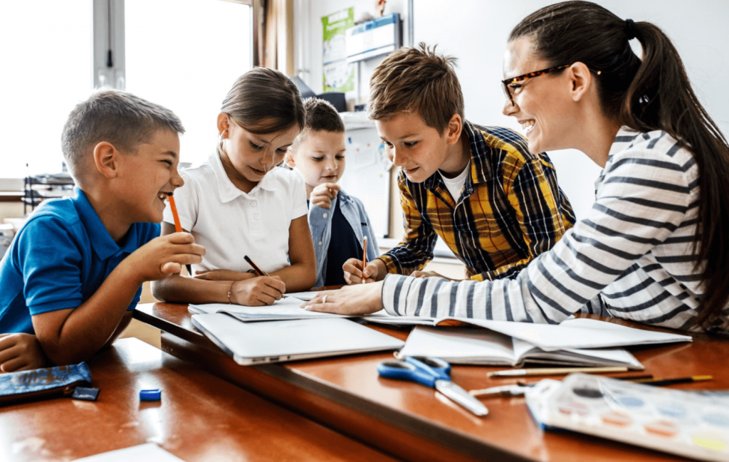 Elever og lærer samarbeider om skriving