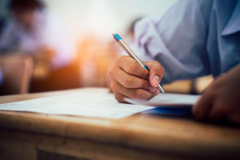 en hånd som skriver