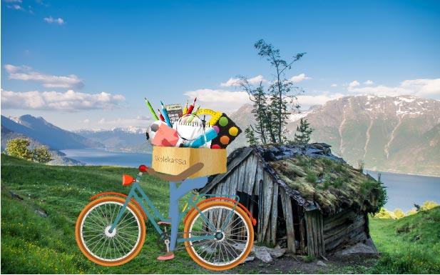 Skolekassa som sykler i Hardanger.