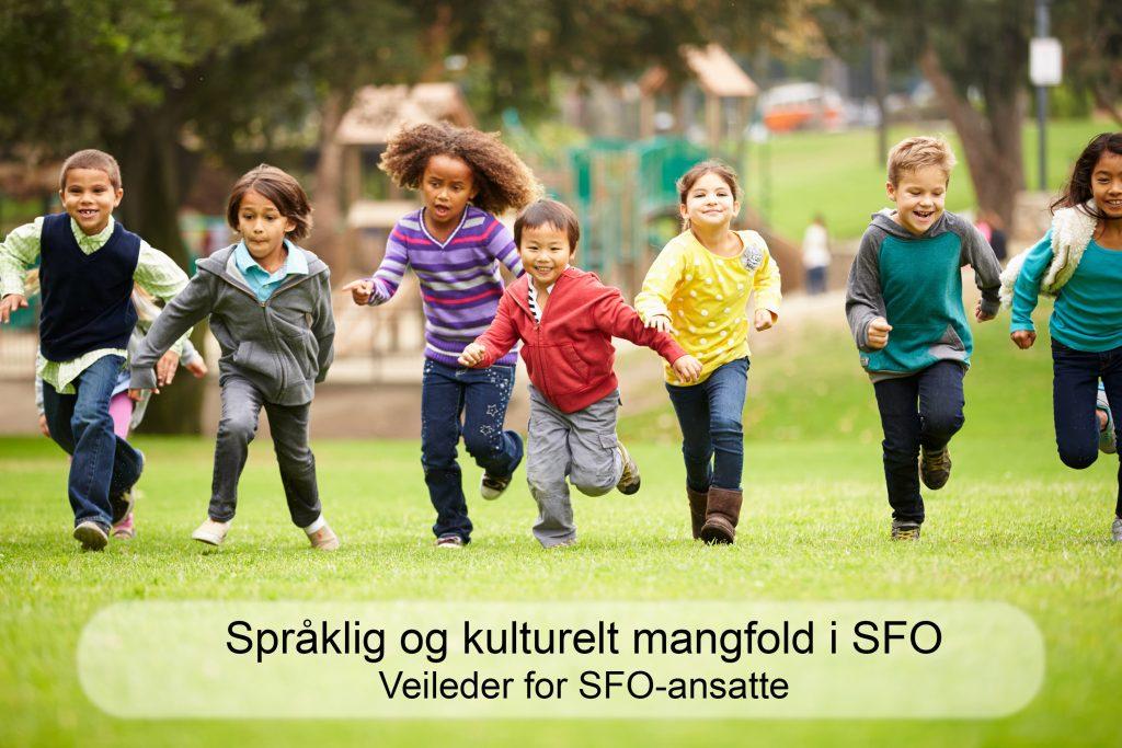 Foto av sju barn som løper i gresset mot kameraet. Nederst på bildet står det Språklig og kulturelt mangfold i SFO - veileder for SFO-ansatte